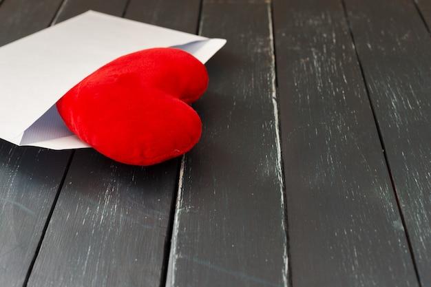 Enveloppe courrier avec coeur rouge