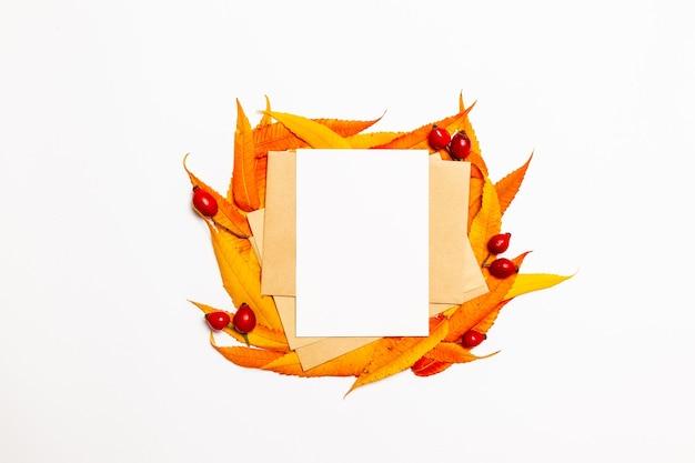 Enveloppe de courrier vierge maquette avec des feuilles d'automne jaune et rouge