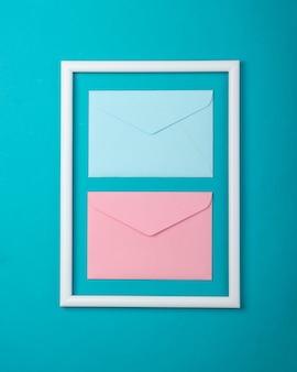 Enveloppe dans un cadre blanc sur une surface bleue