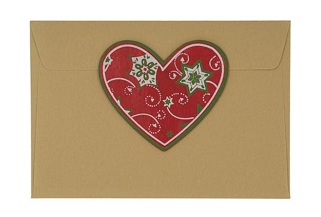 Enveloppe avec décoration coeur de noël isolé sur fond blanc.
