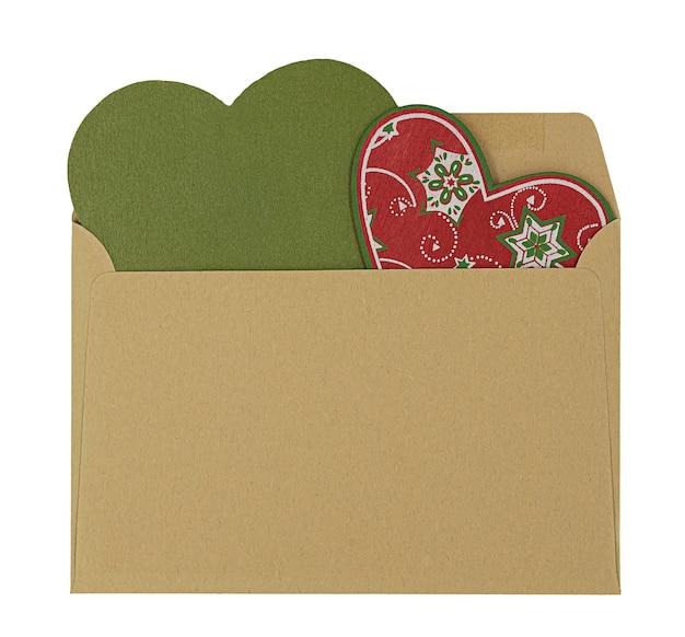 Enveloppe avec décorations coeur de noël à l'intérieur isolé sur fond blanc.