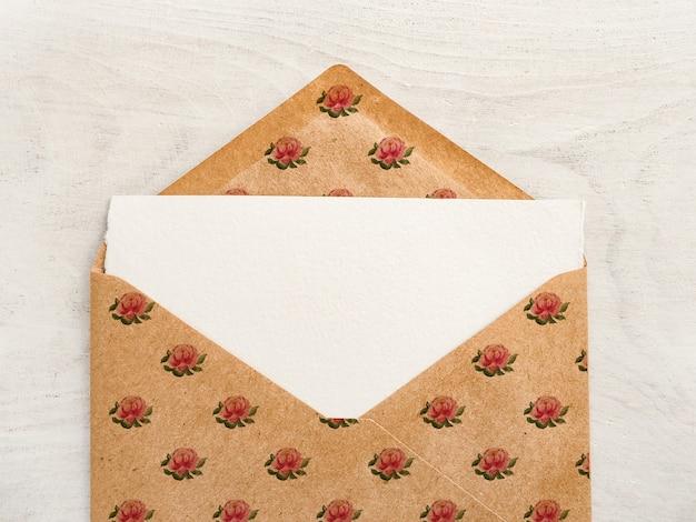 Enveloppe avec des dessins en forme de cœur