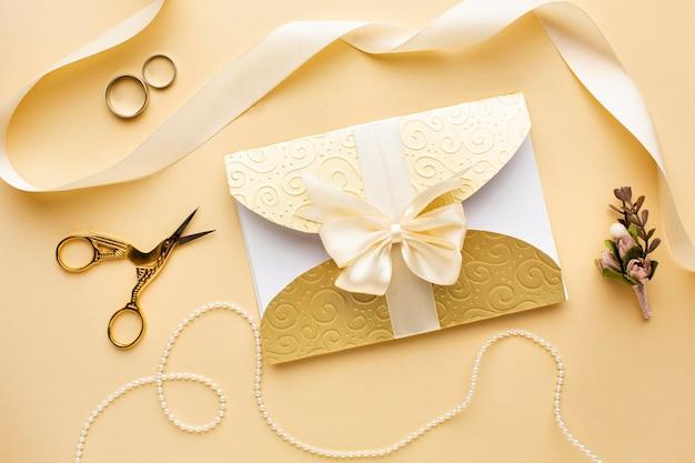 Enveloppe dorée de concept de mariage de luxe