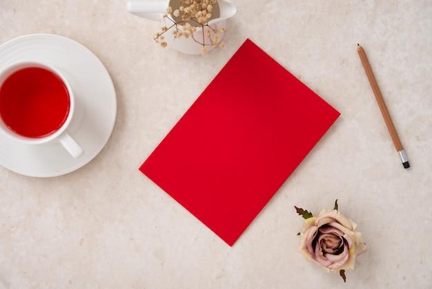 Enveloppe espace rouge avec thé à la fraise