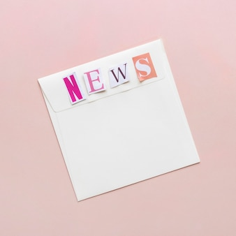 Enveloppe avec un faux message de nouvelles