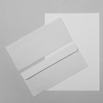 Enveloppe et feuille de papier vue de dessus