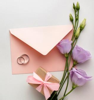 Enveloppe et fleurs vue de dessus