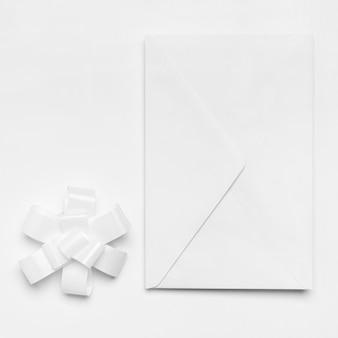 Enveloppe sur fond blanc vue de dessus