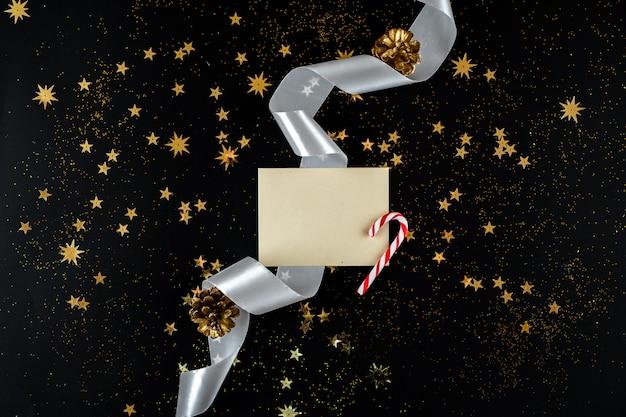 Sur une enveloppe de fond de nouvel an avec les salutations et les bonbons