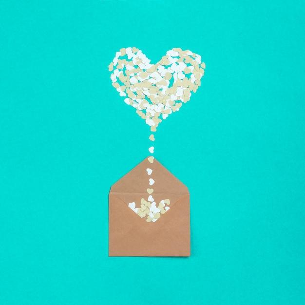 Enveloppe en forme de coeur de papiers