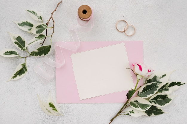 Enveloppe d'invitation de mariage avec des fleurs