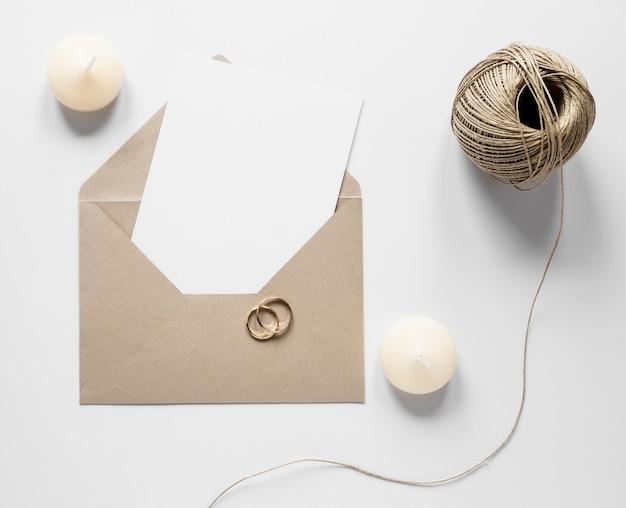 Enveloppe avec invitation de mariage