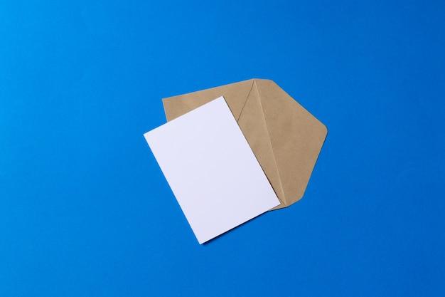 Enveloppe kraft brune maquette avec carte blanche vierge