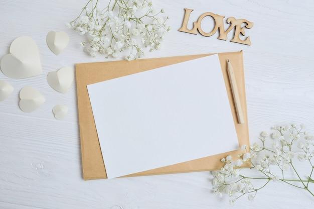 Enveloppe de maquette avec des fleurs et une lettre