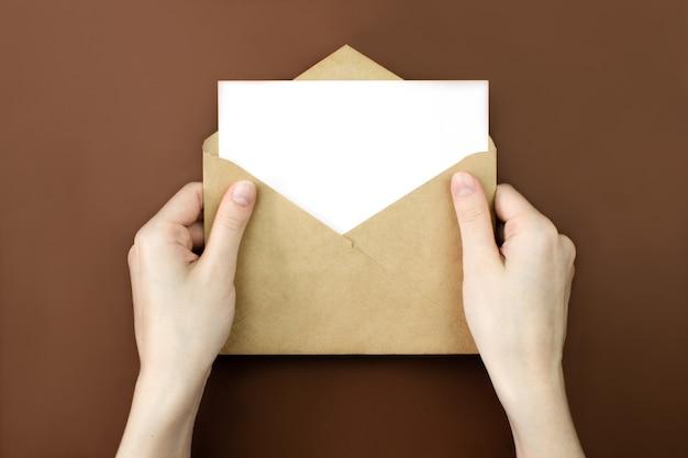 Enveloppe, maquette de lettre vide blanche dans les mains