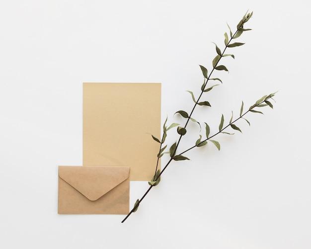Enveloppe de mariage avec branche