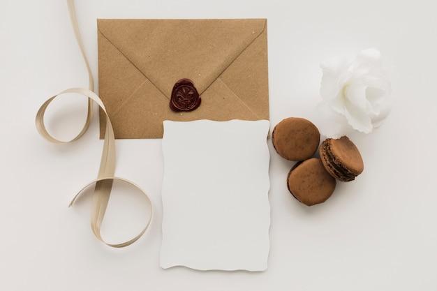 Enveloppe de mariage avec macarons