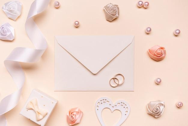 Enveloppe de mariage vue de dessus avec bagues de fiançailles