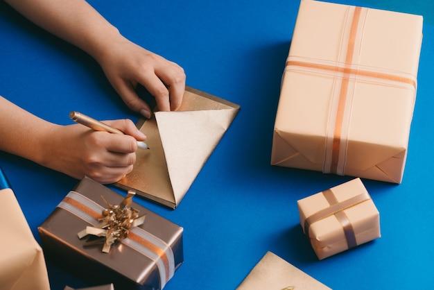 Enveloppe avec les meilleurs vœux et les boîtes