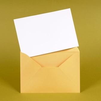 Enveloppe or avec carte de message vierge