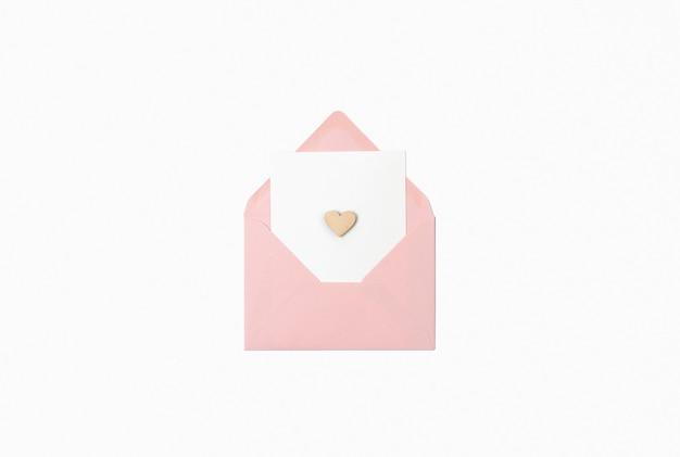 Enveloppe ouverte avec lettre et coeurs en bois