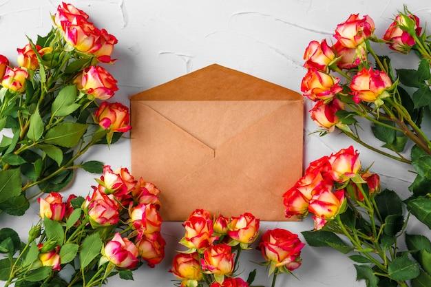 Enveloppe en papier artisanal avec bouquet de fleurs