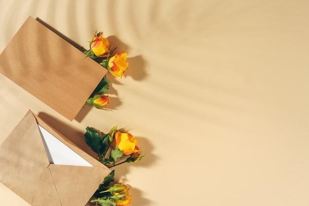 Enveloppe en papier artisanal avec roses jaunes
