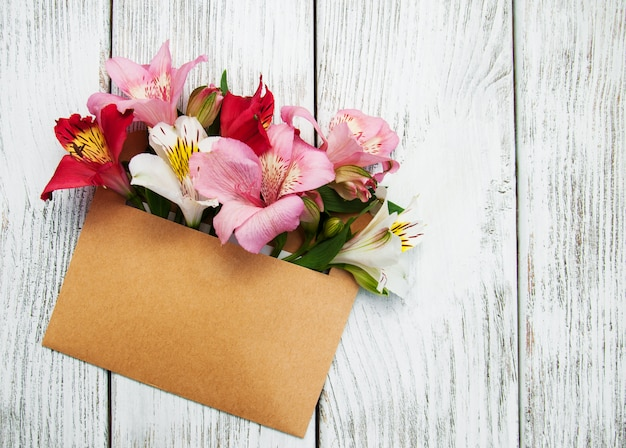 Enveloppe en papier avec des fleurs d'alstroemeria