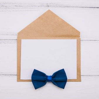 Enveloppe avec papier et noeud papillon