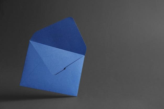 Enveloppe en papier sur sombre