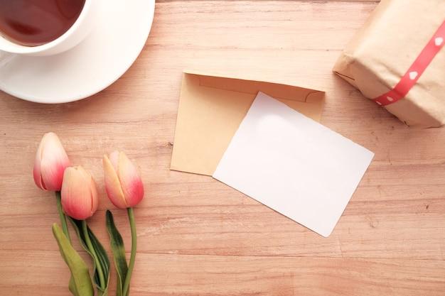 Enveloppe avec un papier vide sur table en bois