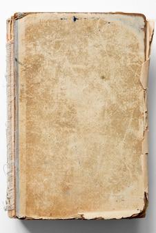 Enveloppe patinée rayée de livre vintage sur fond blanc