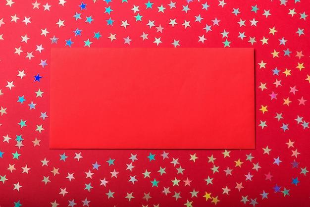 Enveloppe rouge sur les étoiles colorées