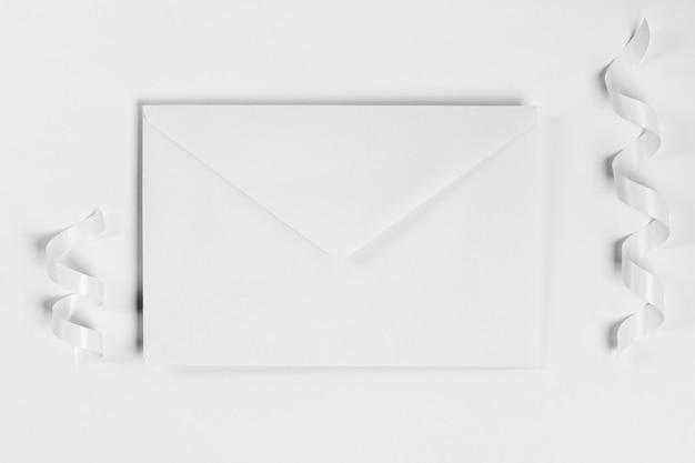 Enveloppe et rubans vue de dessus