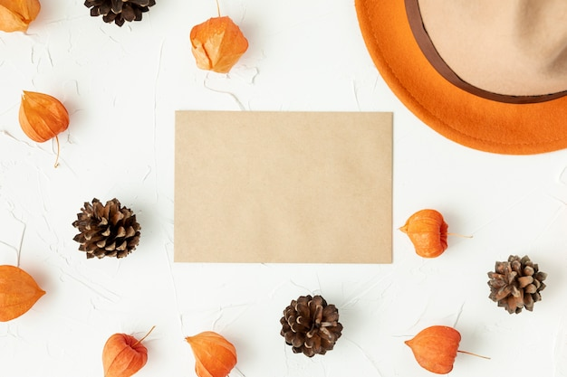 Enveloppe vide posée à plat avec des pommes de pin