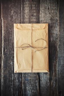 Enveloppe vintage sur un fond en bois. tonique