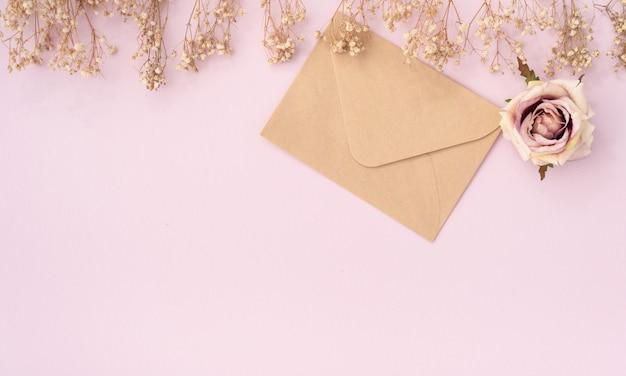 Enveloppe vintage space avec rose