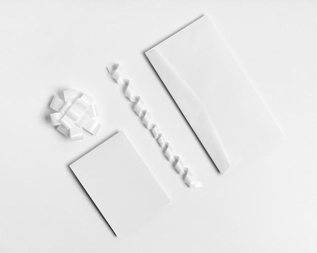 Enveloppe vue de dessus sur fond blanc