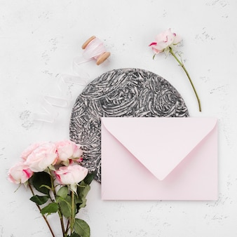 Enveloppe vue de dessus avec invitation de mariage