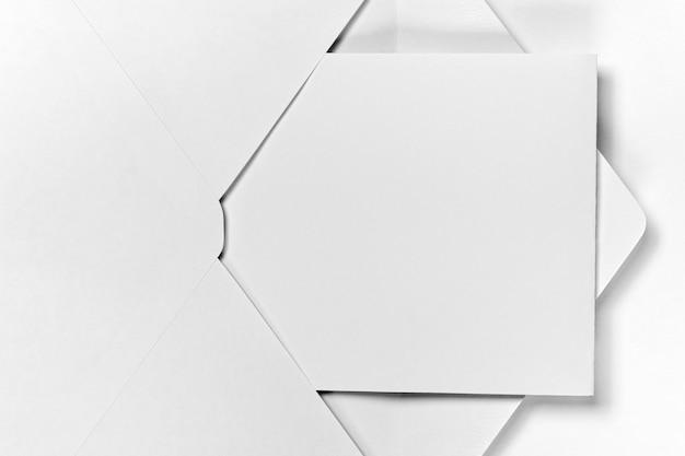 Enveloppe vue de dessus avec morceau de papier