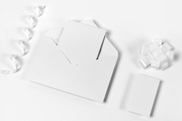 Enveloppe vue de dessus et morceaux de papier