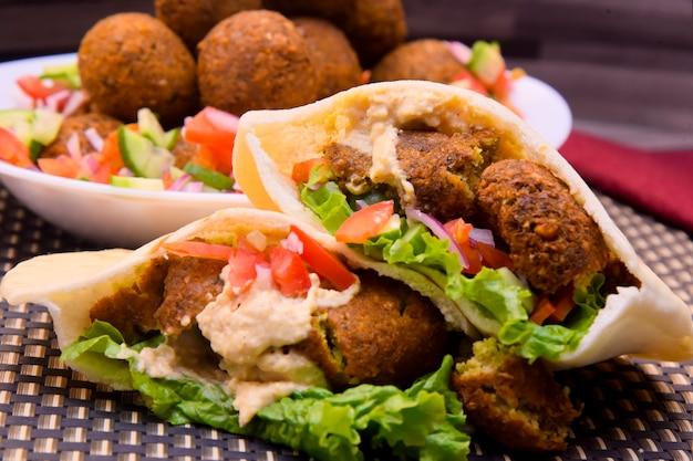 Enveloppement de boules de falafel