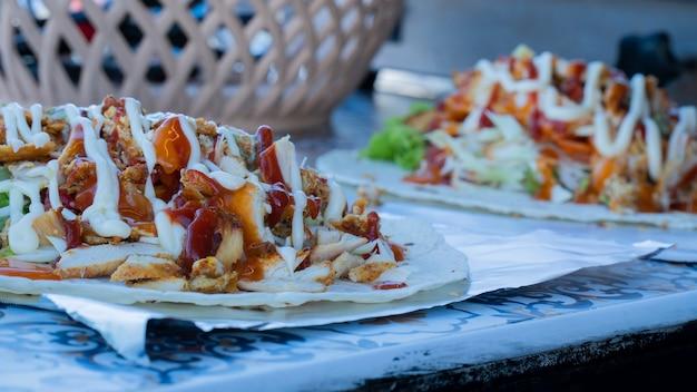 Enveloppement de poulet et kebab d'agneau sur food truck, doner kebab.