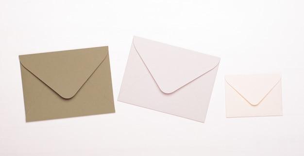 Enveloppes beiges et blanches sur un blanc isolé