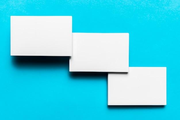 Enveloppes blanches élégantes disposées