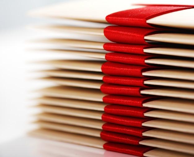 Enveloppes cadeaux avec noeud rouge