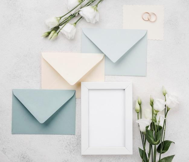 Enveloppes et cadre de mariage vue de dessus