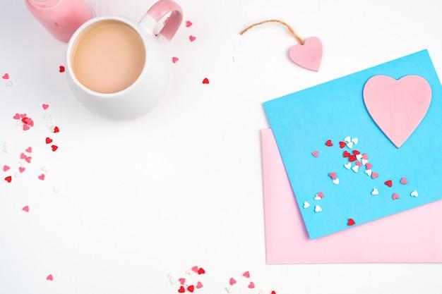 Enveloppes, coeurs et tasse à café sur fond clair.
