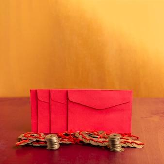 Enveloppes du nouvel an chinois avec des pièces