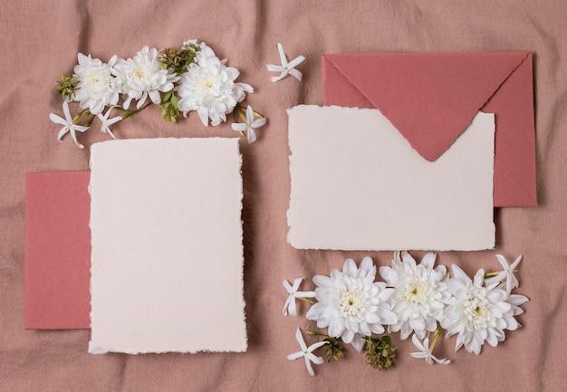 Enveloppes et fleurs vue de dessus
